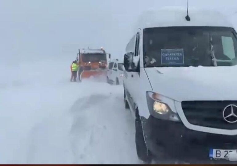 Ninsoarea a dat peste cap traficul în mai multe zone din ţară: Şoferii au rămas blocaţi în maşini, unele drumuri sunt închise (Foto)