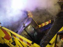 O mașină a plonjat cu totul într-o groapă uriașă prost semnalizată, în București (Galerie foto)