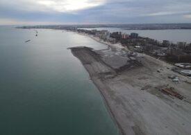 Plaja din Mamaia a fost lărgită, dar nisipul e plin de scoici