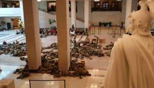 Imagini impresionante cu soldații trimiși la Capitoliu în timpul votului pentru acuzarea lui Trump (Foto & Video)