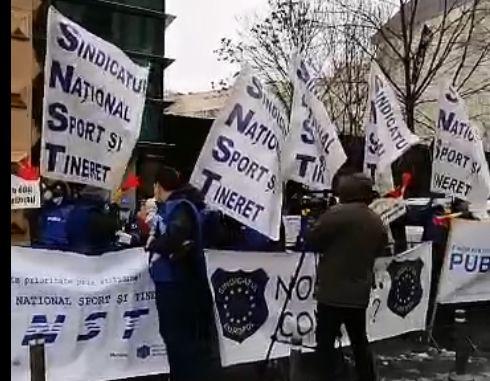Protest al bugetarilor la Ministerul Muncii: În campanie ne dați, după vot ne înghețați! (Video)