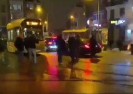 Proteste violente la Bruxelles după moartea unui tânăr de culoare. Mașina regelui Belgiei a fost lovită cu pietre (Video)