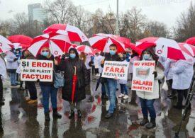 Angajaţii din sănătate protestează în toată țara, în ploaie. La Guvern au venit în mijlocul lor liderii AUR (Galerie foto)