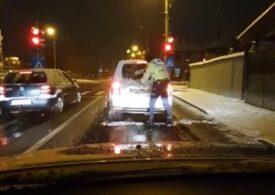 Viralul zilei: Un polițist din Sibiu a coborât din mașină pentru a curăța luneta altui autoturism