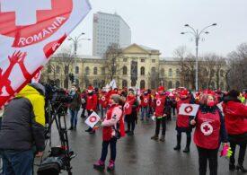 Sute de angajați din sănătate protestează la Guvern (Galerie foto)