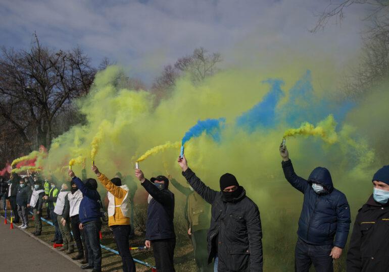 Protest la Guvern cu fumigene colorate: Sectorul public nu este împărţit în şmecheri şi fraieri (Foto&Video)