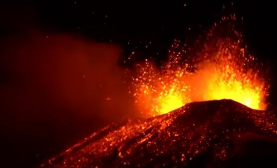 Erupţii spectaculoase ale vulcanului Etna, cel mai activ din Europa (Video)