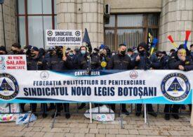 Polițiștii din penitenciare au ieșit din nou în stradă şi au depus mesaje pe treptele Ministerului de Justiție: Cîțu și guvernu' său ne-ajută să o ducem rău! (Foto&Video)