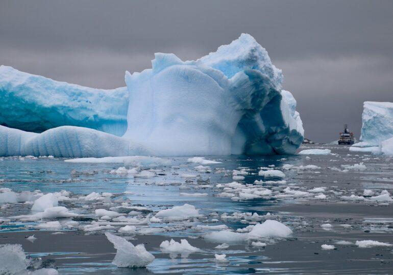 Un aisberg de 5 ori cât Bucureştiul s-a desprins din Antarctica (VIDEO)