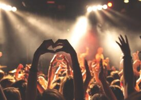 Un concert cu 5.000 de spectatori e organizat în Marea Britanie. Fără mască, fără distanțare