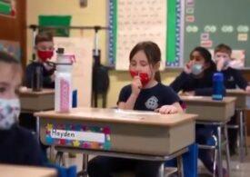 Elevii care se testează singuri de COVID-19 (Video)