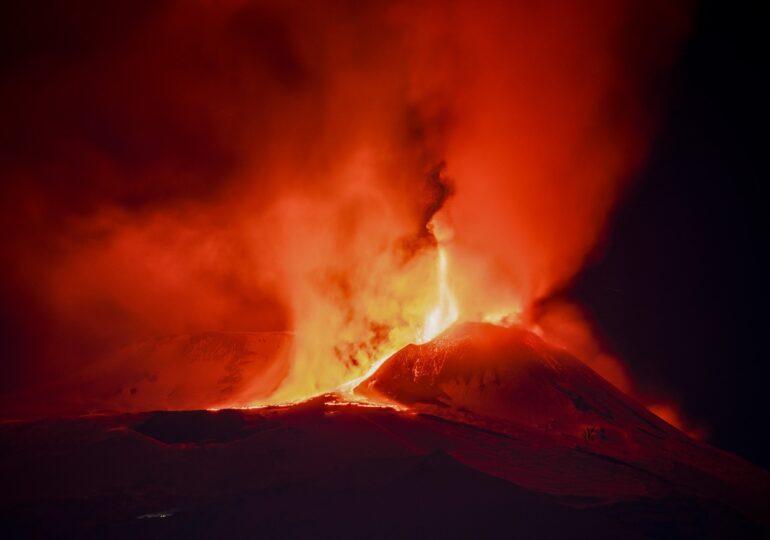 Etna a erupt cu cea mai mare forță din ultimii ani (Foto & video)