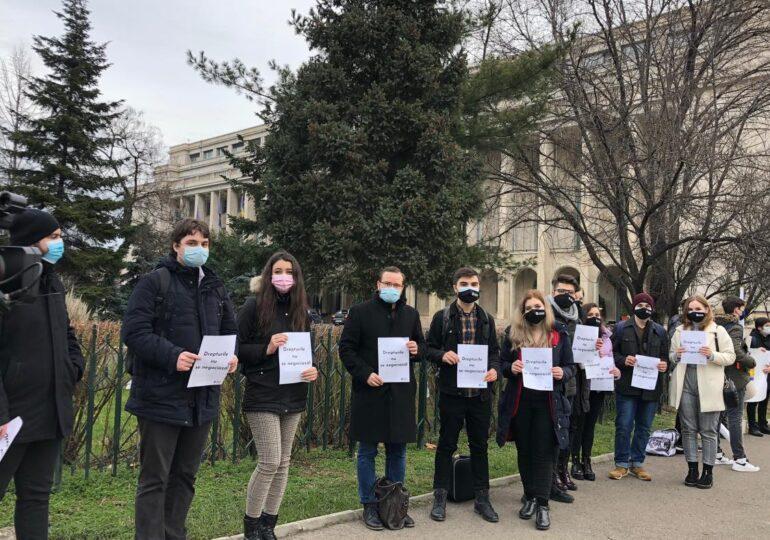Protest al studenților și elevilor în fața Guvernului: Ursuleț de catifea, ce se dă nu se mai ia (Galerie foto&Video)