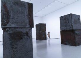 Revoltă la MoMA: Artiștii amenință că își retrag lucrările dacă nu demisionează un director care a făcut bani cu Jeffrey Epstein