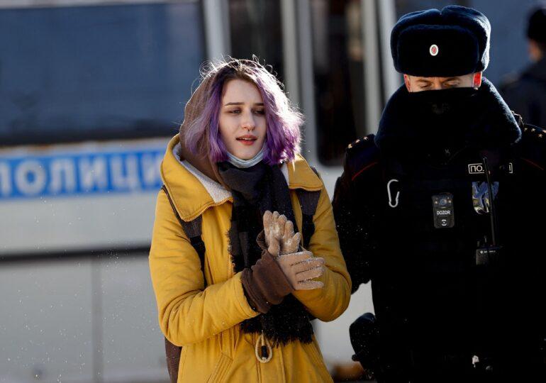 """Paznici și """"muncă educațională"""" în școlile din Rusia, pentru a-i împiedica pe elevi să participe la protestele pro-Navalnîi"""
