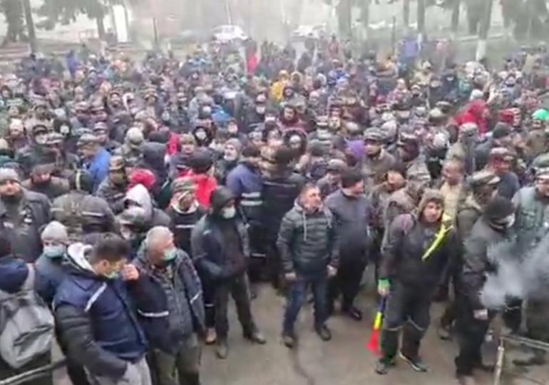 Sute de mineri din Valea Jiului protestează în stradă: Azi în Hunedoara, mâine în toată ţara! (Video)