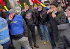 """Polițiștii din penitenciare protestează la Cotroceni şi amenință cu plângere penală împotriva jandarmilor: """"Asta e dictatura lui Iohannis, dictatura lui Cîțu!"""" (Foto & Video)"""
