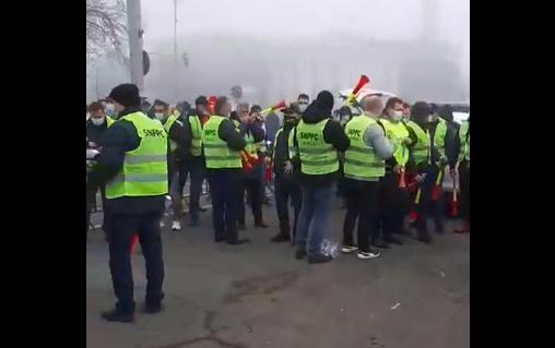 """Polițiștii sunt din nou în stradă și l-au """"amendat"""" pe premierul Cîțu: Habar nu are să conducă această mașină care se numește Guvernul României (Foto&Video)"""