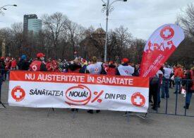 Angajaţii din Sănătate protestează la ușa Guvernului: Riscul este maxim, sporul este minim! (Foto)