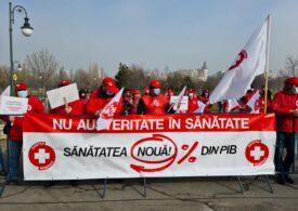 Sindicaliștii Sanitas protestează la Casa Poporului, în ziua în care bugetul ajunge în Parlament (Galerie foto)