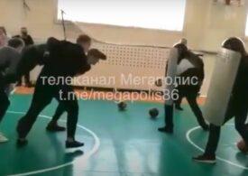 Elevii din Rusia sunt învățați de jandarmi cum să intimideze și să aresteze protestatari (Video)