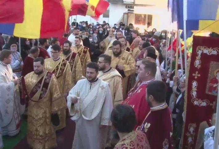 Oamenii au venit buluc la o slujbă organizată de IPS Teodosie. Stau înghesuiți, mulți fără mască, și îi pupă mâinile arhiepiscopului (Foto)
