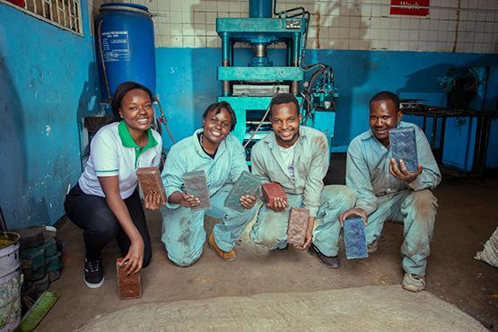 Soluția ingenioasă prin care niște kenyeni transformă gunoiul în bani