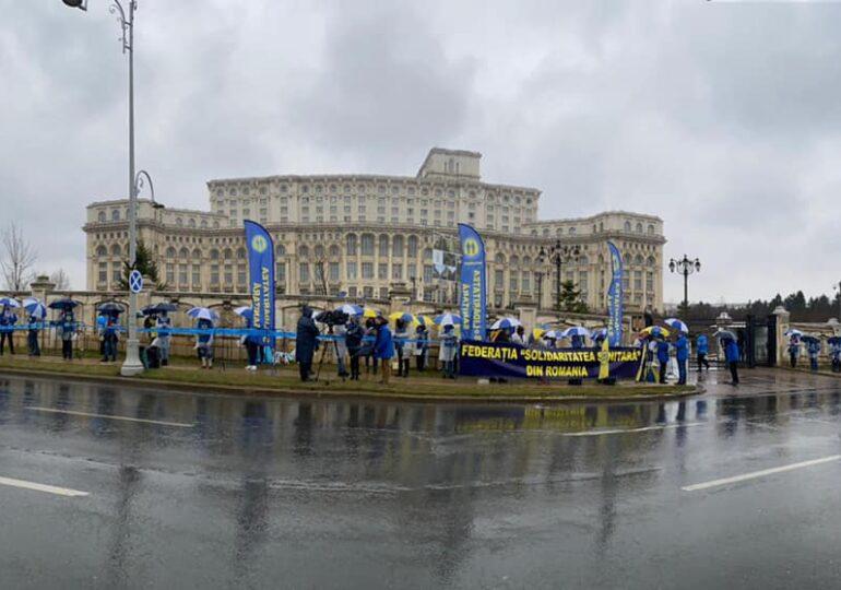 Sindicaliştii au ieşit din nou în stradă, în ciuda ploii: Proteste în faţa Parlamentului şi Ministerului Muncii (Foto&Video)
