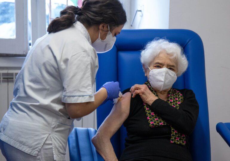 Vaccinul AstraZeneca se poate administra acum indiferent de vârstă. Date comparative despre efectele secundare, eficacitate şi stocuri