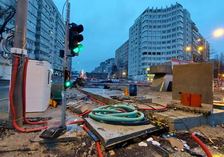 Construcția la pasajul Doamna Ghica a fost abandonată și așa ar putea rămâne ani buni. În zonă, pietoni și mașini circulă în condiții de coșmar (Galerie foto)
