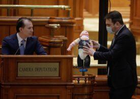 Protest PSD cu bebeluşi de plastic în Parlament: Cîţu a ascuns unul sub pupitru (Foto & Video)