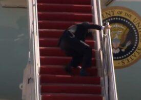 Joe Biden s-a împiedicat în timp ce se îmbarca pe Air Force One: Casa Albă spune că se simte bine