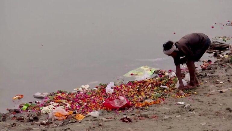 O afacere inedită: O companie reciclează milioane de tone de flori de pe Gange