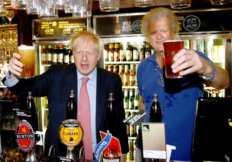 """Boris Johnson le promite britanicilor că """"relaxarea"""" merge mai departe: În câteva zile o să merg la pub să beau bere"""