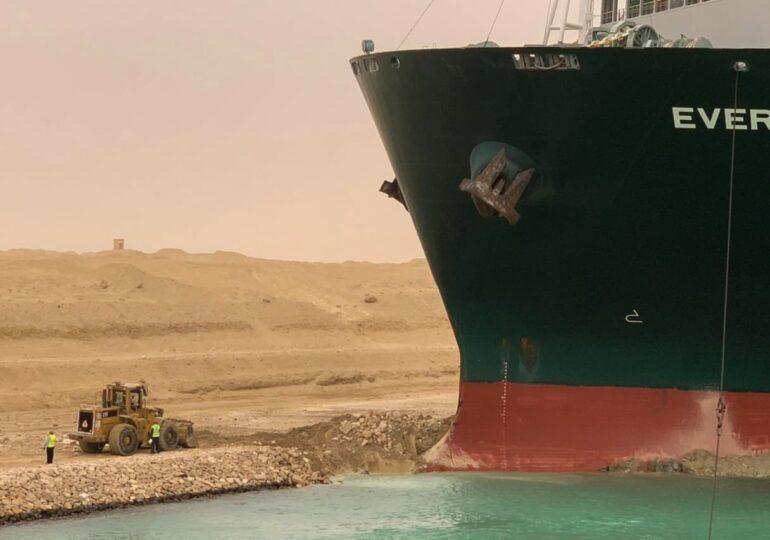 Ranfluarea navei eșuate în Canalul Suez ar putea dura două săptămâni. Peste 150 de alte nave sunt blocate în zonă (Video)