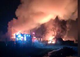 """Incendiu puternic la o hală din Prahova, unde erau 60 de tone de combustibil. <span style=""""color:#ff0000;font-size:100%;"""">UPDATE</span> Doi bărbați au fost grav răniți și vor fi transferați în străinatate (Video)"""