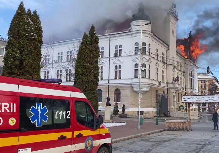 Incendiu puternic la Prefectura Suceava (Video)