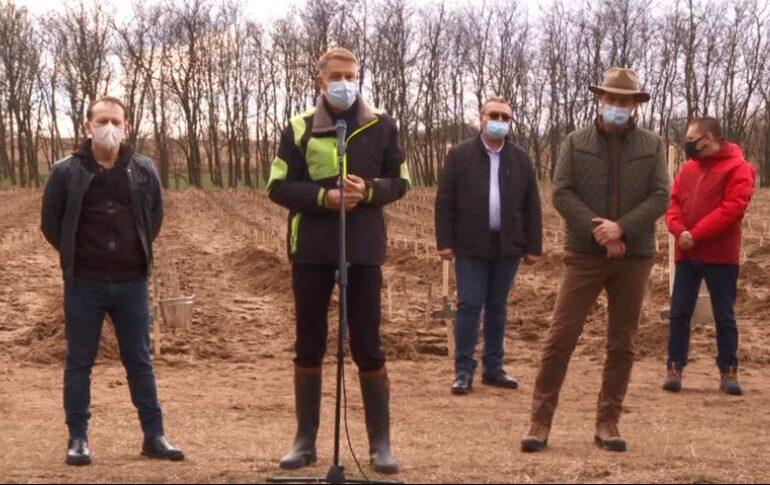 Iohannis și Cîțu s-au dus la o acţiune de împădurire, la Dăbuleniul devenit deşert: Dacă nu se face nimic, nisipul se duce mai departe