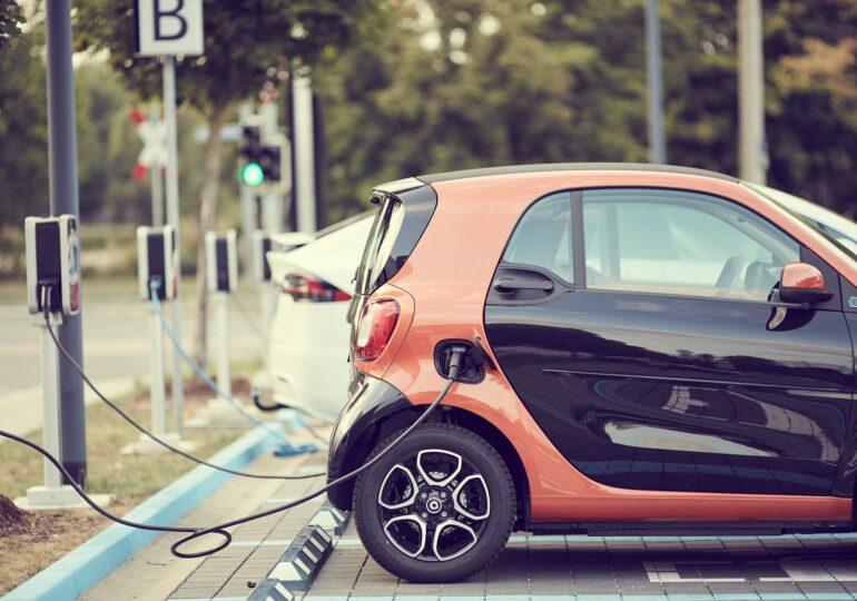 Mașinile electrice prind teren. Ce-i împiedică pe români și ce i-ar încuraja să facă pasul spre transportul viitorului