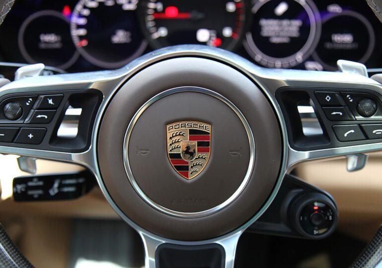 """Porsche vrea să facă benzina la fel de """"verde"""" ca şi motorul electric"""