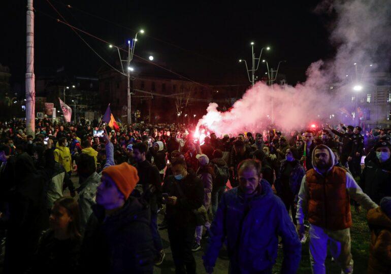 Protestul antimască a degenerat azi-noapte, în centrul Capitalei, care a arătat ca după război:  Manifestanții au aruncat cu pietre și sticle, au vandalizat magazine  și au rănit jandarmi (Galerie foto)