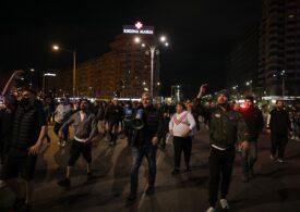 Sute de oameni, majoritatea fără mască, au protestat noaptea trecută în marile orașe față de noile restricții