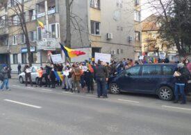 Protest antiCovid la Timişoara: S-a dat foc la măști. Jandarmii au dat câteva amenzi (Video)