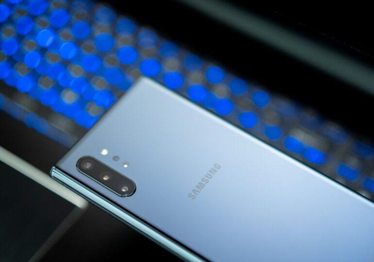 Care criză? Instituțiile și companiile de stat îşi cumpără telefoane de lux: multe sunt iPhone și Samsung de peste 1.000 de euro bucata