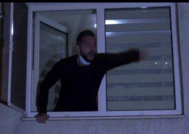 Un bărbat a fost huiduit de protestatari, după ce le-a spus că tatăl său a murit de Covid și le-a reproșat că au ieșit în stradă (Video)