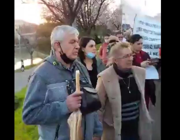 Protest faţă de restricţiile din Timişoara: Zeci de oameni cer ridicarea carantinei şi demisia primarului Fritz (Video)