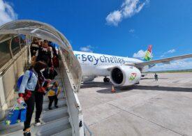 Primul charter București-Seychelles a aterizat după un zbor de nouă ore: Pasagerii au fost primiți cu cântece și dansuri