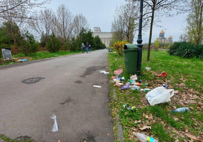 Parcul Izvor, de lângă Parlament, este plin de gunoaie. După ce că e lipsit de pază, nimeni n-a venit să-l curețe (Galerie Foto)