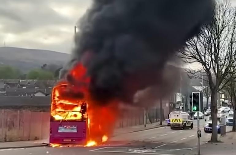 Violenţe în Irlanda de Nord: Protestatarii au dat foc unui autobuz. Reacția lui Boris Johnson