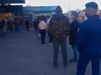 După ora 18.00, aglomerația din supermarketuri se mută la benzinării. Au apărut rafturi cu alimente și oamenii stau zeci de minute la coadă printre mașinile de la pompă (Foto)